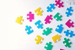 Verschiedene Puzzlespiele auf weißem Hintergrund Stockfotos
