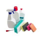 Verschiedene Reinigungsschwämme, Flaschen des Reinigungsmittels, Abwasch Lizenzfreie Stockbilder
