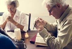 Verschiedene religiöse ältere betende Leute stockfotografie