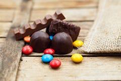verschiedene Süßigkeit und Schokolade auf einem hölzernen Hintergrund Lizenzfreies Stockbild