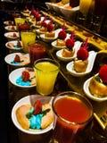 Verschiedene Süßigkeiten und Kuchen stockbilder