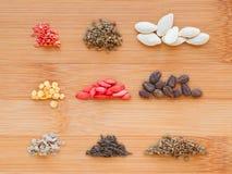 Verschiedene Samen eingestellt auf Hintergrund des hölzernen Brettes Tomaten, Karotte, Stockfoto