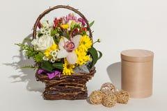 Verschiedene schöne Blumen im Korb, Stockfotografie