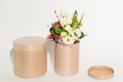 Verschiedene schöne Blumen im Korb, Lizenzfreie Stockfotografie