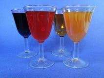 Verschiedene Schalen mit Cocktails ein blauer Hintergrund Lizenzfreie Stockfotos