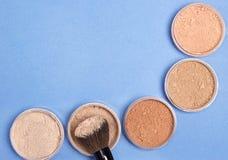 Verschiedene Schatten des losen kosmetischen Pulverhintergrundes Stockfotografie