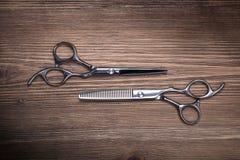 Verschiedene Scheren des Friseurbedarfs Stockfotografie