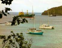 Verschiedene Schiffe am Anker in den Windwardinseln Stockfotografie