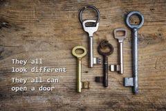 Verschiedene Schlüssel auf einem rustikalen hölzernen Brett, Konzept für Integration O stockfoto
