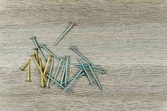 Verschiedene Schrauben an einem hölzernen Hintergrund Lizenzfreies Stockbild