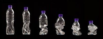 Verschiedene Schritte des Zusammendrückens einer Plastikflasche Stockbild