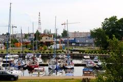 Verschiedene Segelboote werden im Jachthafen festgemacht Lizenzfreies Stockbild