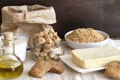 Verschiedene Sojabohnenölprodukte auf Leinen stockfoto