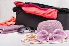 Verschiedene Sommer-Einzelteile bereit zur Reise-Verpackung Stockfotografie