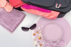 Verschiedene Sommer-Einzelteile bereit zur Reise-Verpackung Stockfoto