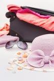 Verschiedene Sommer-Einzelteile bereit zur Reise-Verpackung Stockfotos