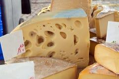Verschiedene Sortierungen der Käse auf einem lokalen Markt Stockfotos