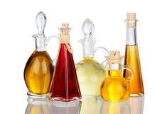 Verschiedene Speiseöle in den Glaskaraffen mit wirklicher Reflexion Stockfotos