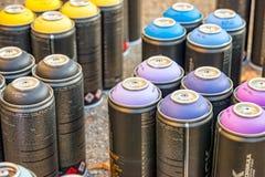 Verschiedene Spraydosen mit verschiedenen Farben Stockbild