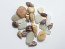 Verschiedene Steine und Oberteile auf weißem Hintergrund Stockfoto