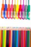 Verschiedene Stifte und Bleistifte lokalisiert auf weißem Hintergrund Stockfoto