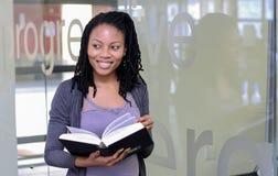 Verschiedene Studenten auf College-Campus stockbilder