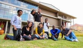 Verschiedene Studenten auf College-Campus lizenzfreie stockfotografie