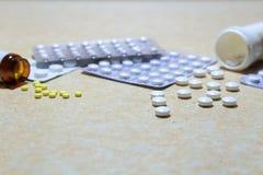 Verschiedene Tabletten - Analgetika, Antidepressiva, Vitamine, antivir stockbild