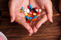 Verschiedene Tabletten der weiblichen Show in ihren Händen Lizenzfreie Stockbilder