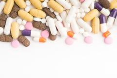 Verschiedene verschiedene Tabletten mit Kopienraum auf weißem Hintergrund Stockfotos