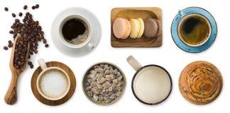 Verschiedene Tasse Kaffees und Bonbons lokalisiert auf weißem Hintergrund stockfotografie