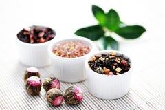 Verschiedene Teeblätter stockfotografie