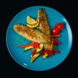Verschiedene Teller mit Meeresfrüchten und Fischen sind Basis einer gesunden Diät Stockfotografie