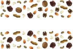 Verschiedene trockene Fruchtnüsse und abstraktes Muster der Schokolade mit freier Leerstelle Mandelschokoladenerdnuss-Acajoubaumw Stockbild