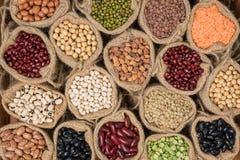 Verschiedene trockene Hülsenfrüchte in einem Sackstoff, verschiedene trockene Hülsenfrüchte Lizenzfreies Stockfoto