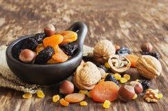Verschiedene Trockenfrüchte und Nüsse Stockfotos