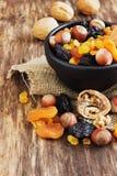 Verschiedene Trockenfrüchte und Nüsse Stockbilder