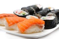 Verschiedene Typen der Maki Sushi im Sushi-Set Stockfotos