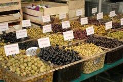 Verschiedene Typen der Oliven für Verkauf stockbild