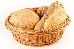 Verschiedene Typen des Brotes in einem Korb lizenzfreie stockbilder