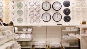 Verschiedene Uhren gehangen an die Wand Stockfotografie