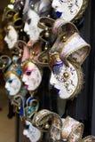 Verschiedene venetianische Masken, die außerhalb eines Shops hängen Stockfoto