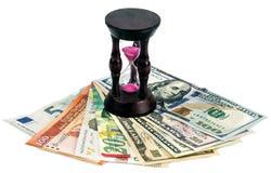 Verschiedene Währung mit einer aufgefüllten Uhr Lizenzfreies Stockfoto