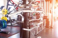 Verschiedene Waffen in der modernen Turnhalle, zum von Machtübungen Schub, Sonnenuntergang, vertikaler Schub durchzuführen lizenzfreies stockfoto