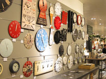 Uhren auf einer Wand für Verkauf. Stockbilder