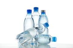 Verschiedene Wasserflaschen lokalisiert auf Weiß Stockfotos
