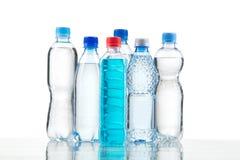 Verschiedene Wasserflaschen lokalisiert auf Weiß Stockbilder