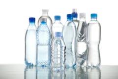 Verschiedene Wasserflaschen lokalisiert auf Weiß Lizenzfreies Stockbild