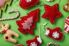 Verschiedene weiche Spielwaren für die Weihnachtsfeiertage gemacht durch eigene Hände Stockfotos