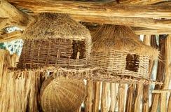 Verschiedene Weidenvogelhäuser und -körbe Stockfoto